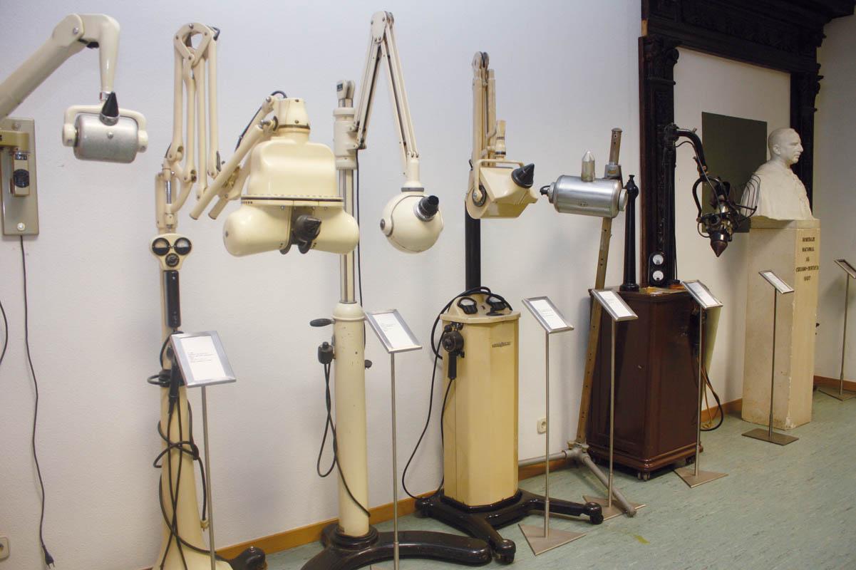 La historia de la odontolog a concentrada en un museo y for Cuarto de rayos x odontologia