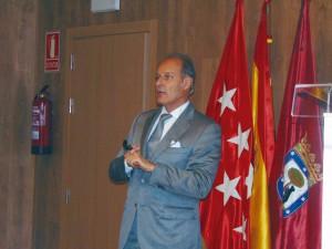 El Dr. Dietschi, en su reciente ponencia de Madrid.