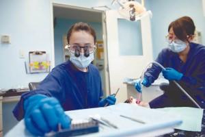La abundancia de profesionales eleva la cifra de parados en Odontología a un 25%.