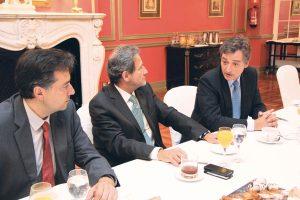 De izq. a dcha., el doctor Bernardo Perea Pérez, José Luis del Moral y el doctor Jaime Sánchez Calderón en un momento del desayuno.