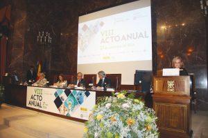 De pie, Margarita Alfonsel, secretaria general de Fenin, encargada de conducir el acto, junto con el resto de miembros de la mesa presidencial.