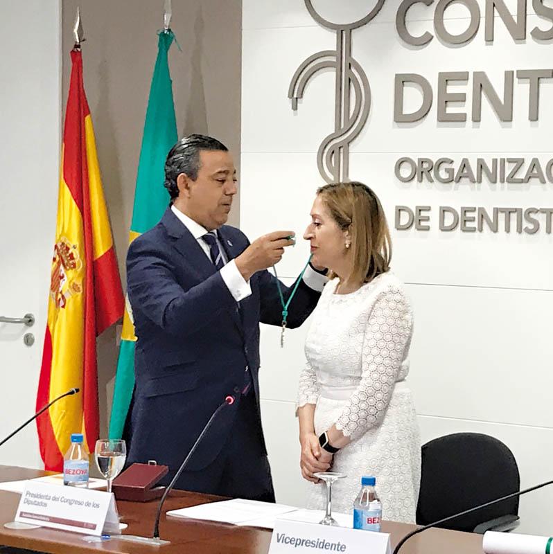 El Consejo de Dentistas nombra Miembro de Honor de su organización a la presidenta del Congreso de los Diputados